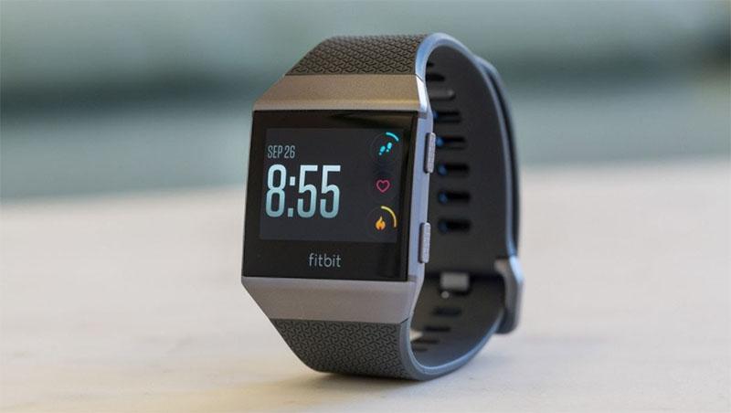 Fitbit Ionic (Часы с самым точным отслеживанием активности)