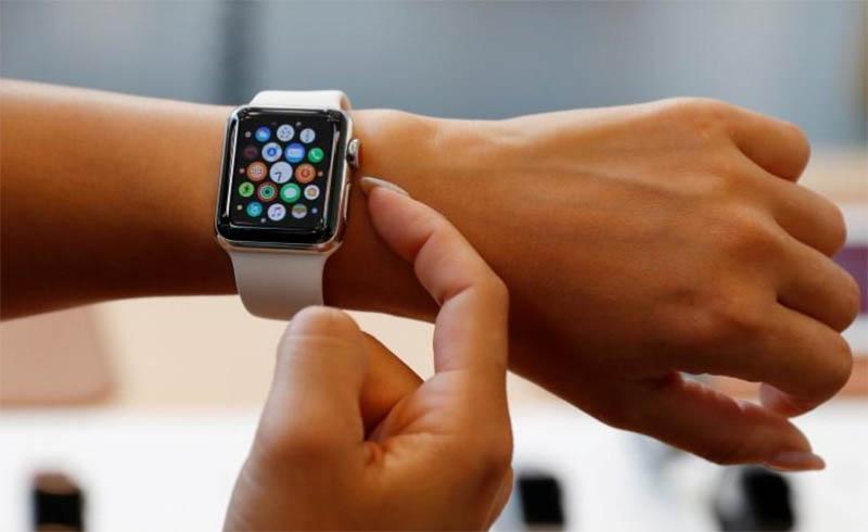 Смарт-часы Apple Watch и Fitbit