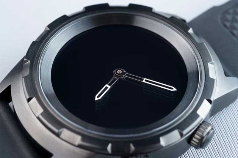 Стартап Akriveia, со штаб-квартирой в Эстонии, также решил выйти на рынок гаджетов такого типа с часами Akriveia Viking Hybrid. Сами разработчики называют гаджет революционными умными часами
